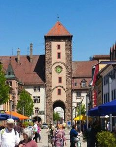 Villingen-Schwenningen, Es gibt keine andere badische Stadt, die über eine so gut vorhandene Stadtmauer, 3 Stadttore, zwei größere und zwei kleinere Türme verfügt.    Villingen ist die Stadt der Türme und Tore, wie das Bickentor mit der roten Turmuhr , das Riettor, auffällig durch die Turmuhr mit dem blauen Ziffernblatt, das Obere Tor mit dem  grünen Ziffernblatt, der Kaiserturm, der Romäusturm und das unscheinbare Pulvertürmle ebenfalls in in der Stadtmauer.