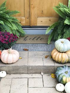 Click here to learn 3 easy steps for how to incorporate nature into your fall porch decor to create a beautiful, colorful and inviting fall front porch. Autumn Nature, Autumn Home, Retro Home Decor, Fall Home Decor, Thanksgiving Decorations, Seasonal Decor, Holiday Decor, Porch Styles, Inviting Home