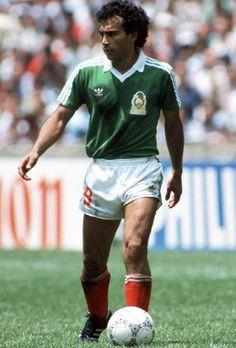 Hugo Sánchez Márquez. Fue internacional con la Selección de fútbol de México en 58 partidos oficiales. Y marcó un total de 29 goles con su selección. Ganó con su selección la Copa de Oro de la Concacaf en 1977 y 1993. Best Football Players, World Football, Soccer Players, Fifa, Hugo Sanchez, Football Troll, Football Mexicano, Soccer Cards, International Football
