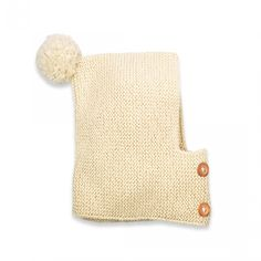 Cagoule style capuche pour bébé coloris écru avec pompon. Parfaitement ajustable à la tête de l'enfant grâce aux 2 rangées de boutonnières qui permettent de choisir la position des boutons.Tricotée au point mousse en France avec une laine douce, souple et naturelle : 60% alpaga, 40% laine.