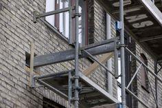 Montering af stålbjælke i murværket.