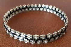 Bracelet anneau à fleurs beige sur fond noir- collection fleur bleue : Bracelet par ketiko