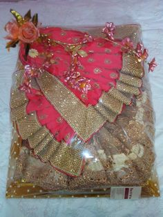 Rose n Wrap: Saree Packing done in Flower theme Indian Wedding Gifts, Desi Wedding Decor, Wedding Crafts, Wedding Decorations, Bengali Wedding, Saree Wedding, Wedding Gift Baskets, Wedding Gift Wrapping, Trousseau Packing