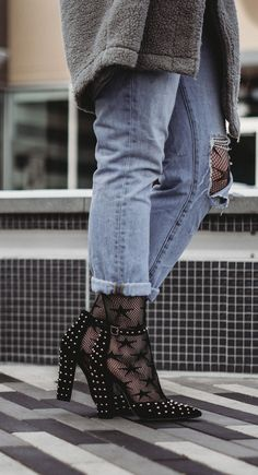 Star fishnet tights and studded heels are the perfect combo for winter! Click through for more on this edgy casual winter outfit idea. Cold Weather Outfits, Casual Winter Outfits, Winter Fashion Outfits, Grunge Fashion, Urban Fashion, Fashion Edgy, Feminine Fashion, Fashion Killa, Spring Fashion Trends