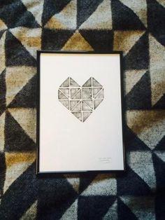 """<p>Das """"Herz"""" von art goes WILDE ist ein Hingucker an jeder Bilderwand. Das Herz aus Dreiecken gibt es in der Farbe Schwarz sowie einem schwarzen Bilderrahmen. Ca 50 €, stilherz.de</p>"""