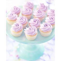 God Förmiddag! ☀️ Solen lyser starkt idag och jag känner mig sakta lite lite bättre.  Delar lite mer bilder från Litens kalas, underbara små cupcakes. #cupcakes #konfetti #födelsedag #confetti #birthday #unicorn #unicornparty #baka #tårtfat #kalas #tassarochsmåtår #Liten6år #inspo #enhörningskalas #barnkalas #