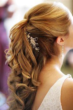 Acconciatura sposa semiraccolta con gioiello