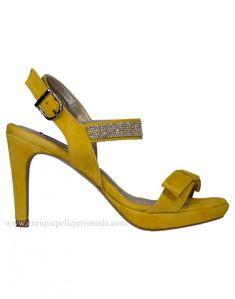 d90375cd Daniela sandalia amarilla Daniela sandalia de ante color amarillo girasol.  Zapatos con detalle de lazo