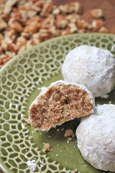 Whether you enjoy snow or not, everyone will enjoy these pecan snowball cookies with a hint of cinnamon. Crackle Cookies, Spice Cookies, Baking Recipes, Cookie Recipes, Chocolate Snowballs, White Chocolate Brownies, Cinnamon Pecans, Snowball Cookies, Butter Frosting