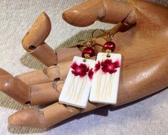 Hey, I found this really awesome Etsy listing at https://www.etsy.com/listing/177741310/dangle-flower-earrings-in-white-and
