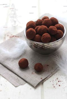 The real Christmas chocolate truffles - Tales and Delights - Desserts Homemade Cake Recipes, Homemade Dog Food, Dog Food Recipes, Cookie Recipes, Dessert Recipes, Yummy Recipes, Chocolate Truffles, Chocolate Recipes, Cake Recipes From Scratch