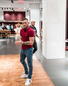 UFC fighter Conor McGregor was spotted looking extra dapper in a Dolce & Gabbana polo shirt. Conor Mcgregor Style, Ufc Conor Mcgregor, Notorious Conor Mcgregor, Connor Mcgregor, Mens Casual Dress Attire, Business Casual Attire, Men Casual, Style Outfits, Casual Outfits