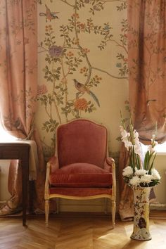 Warm cream and rose Chinoiserie wallpaper with dusky pink curtains - wall - Chinoiserie Wallpaper, Chinoiserie Chic, Bird Wallpaper, De Gournay Wallpaper, Bedroom Wallpaper, Wallpaper Designs, Fabric Wallpaper, Casa Feng Shui, Decoration Hall
