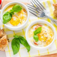 Looking for a low-calorie breakfast that doesn't disappoint? These 18 light recipes all clock in under 300 calories and will keep you satisfied and energised Low Carb Low Calorie, 200 Calorie Meals, Low Calorie Breakfast, Savory Breakfast, Breakfast Recipes, Breakfast Ideas, Cocotte Recipe, Gourmet Recipes, Eating Clean