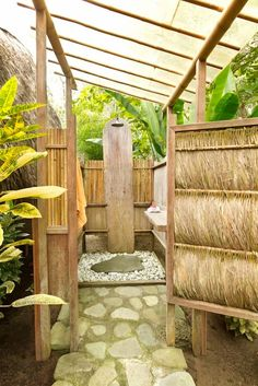 21 Inspiring Outdoor Bathroom Design Ideas 28 Outdoor Shower Ideas with Maximum Summer Vibes Outdoor Toilet, Outdoor Baths, Outdoor Bathrooms, Outdoor Rooms, Outside Showers, Outdoor Showers, Open Showers, Garden Shower, Tropical Houses