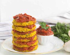 Leckere rote Linsen Taler mit fruchtig, würzigem Tomaten Dip. Vegan, ohne Mehl, Nüsse und Soja. Eine gute Portion Eiweiß, nicht nut für Fitnessbewusste!