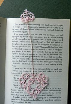 Tatted bookmark by Annie's Granny Design, design by Susan K. Fuller. Note: There are several pattern links for both large and small hearts. Recommending the one at Le Blog de Frijole.