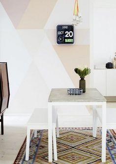 salle à manger claire avec une peinture décorative dessin géométrique en couleurs pastel