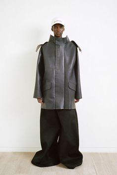 Découvrez les collections de vêtements, chaussures et accessoires Balenciaga pour homme et femme dès maintenant sur notre site.