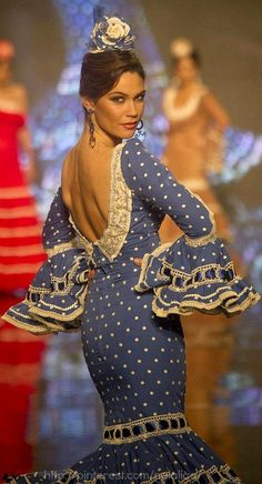 Flamenco dancer, Spain, yes, so beautiful. I absolutely love the Flamenco dance.go to as many as I can when in Espana! Spanish Dress, Spanish Dancer, Spanish Style, Dance Fashion, Fashion Show, Net Fashion, Fashion Wear, Flamenco Costume, Polka Dots