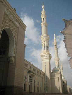 Masjid Nabawi beratapkan langit biru Mecca Madinah, Peaceful Places, Taj Mahal, Wallpaper, Building, Travel, Voyage, Wallpapers, Buildings
