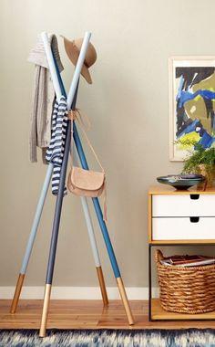 décorer son appartement, originale porte vetement design en bleu foncé et bleu clair