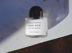 """決して嫌いではないけれど、好き好んでつけるほどじゃない。バラの香りって自分の中ではそういう存在でした。確かに良い匂いだとは思うけど、あまりに定番過ぎるのと、""""女性らしい香りの代表""""という印象が強くてなんだか面白みに欠ける、というのがその主な理由。それがこの「BYREDO」の香水に出合ってからは、バラの香りに対するコンサーバティブなイメージが180度覆りました。  知人の男..."""