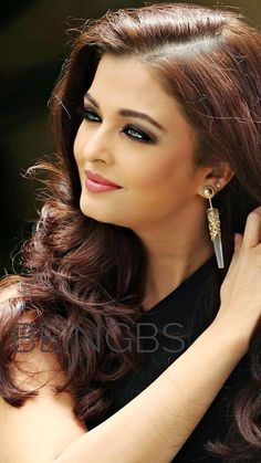 Aishwarya Rai Pictures, Aishwarya Rai Photo, Aishwarya Rai Bachchan, Beautiful Bollywood Actress, Most Beautiful Indian Actress, Girl Photography Poses, Beauty Photography, Pretty Hairstyles, Wedding Hairstyles