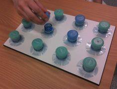 Übung zur Verbesserung der Kraftdosierung und Feinmotorik mit Flaschenverschlüssen