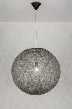 art. 10772 Mooie bol van mat betongrijs ijzerdraad. De plafondkap is van zwart kunststof.   Schitterende hanglamp in de categorie sfeerverhogend. Deze draadlamp van 40 cm lijkt gesponnen van het fijnste garen. De bol oogt heel natuurlijk en is zeer fraai vormgegeven. http://www.rietveldlicht.nl/artikel/hanglamp-10772-modern-retro-kunststof-metaal-grijs-rond
