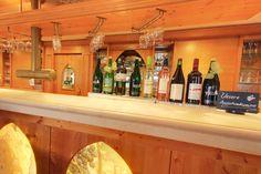 Die Reben-Bar hat bis 23.00 Uhr geöffnet. Liquor Cabinet, Restaurant, Furniture, Home Decor, Clock, Homemade Home Decor, Diner Restaurant, Restaurants, Home Furnishings
