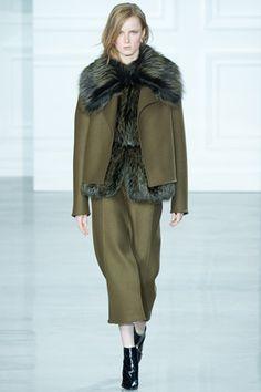 ファッション誌『VOGUE JAPAN』の公式サイト。プレタポルテ、オートクチュール、メ「ジェイソン ウー」成長を続ける得意のエレガント&クリーンなスタイル。 ニューヨーク ファッション・ウィーク2日目の2月13日(現地時間)は、ミシェル・オバマ米大統領婦人をはじめとするパワー・ウーマンの間で確実に評価を得ながらステップアップしている「ジェイソン ウー」がファッションショーを発表。ランウェイには、控えめながらゴージャスなルックが続々登場した。縦に走るシャープなラインで構成するエレガントなドレス、ドレープを効かせたシルクブラウス、上品なダブルフェイスのカシミヤコート、スパンコールを散りばめたトップスなど、装飾を削ぎ落としたクリーンでミニマムなものばかり。遊び心には欠けるかもしれないが、ラグジュアリーな存在感とクオリティの高さは今シーズンも健在。