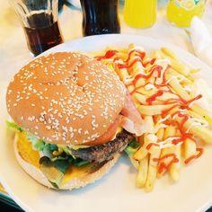 Back in Paris ! On a toujours autant de mal avec le burger de brasserie  #paris #brasserie #burger #parisburger #foodporn #fat #instaburger