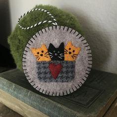 Felt Embroidery, Felt Applique, Felt Christmas Ornaments, Hanging Ornaments, Penny Rug Patterns, Felt Ornaments Patterns, Felt Cat, How To Make Ornaments, Wool Felt