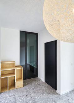 """Glazen deur met """"Dark Grey"""" glas en zwart aluminium."""