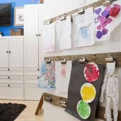 Toon de kunstwerken van je kinderen:knijpers // Kids Art Display (Apartment Therapy)