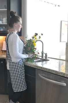 Cross Back Apron Tutorial – with free downloadable pattern