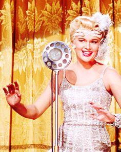 Singin` in the rain, Stanley Donen y Gene Kelly, 1952.MGM. Detalle del peinado  de Jean Hagen ( Lina Lamont) creado por Sydney Guilaroff y precioso vestido de Walter Plunkett.