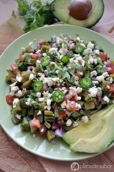 Ensalada de nopales: queso panela, chile, tomate, cilantro, aguacate.