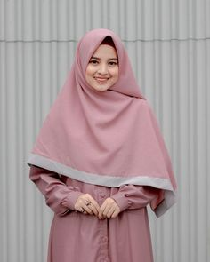 Pin Image by Bunda Hijaber Hijab Style Dress, Casual Hijab Outfit, Hijab Chic, Arab Girls Hijab, Muslim Girls, Beautiful Muslim Women, Beautiful Hijab, Hijabi Girl, Girl Hijab