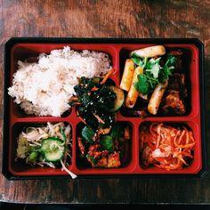 Mała Korea w Warszawie i mnóstwo wege opcji  Marynowane tofu ostre ryżowe kluski ttkeboki i rożne rodzaje kimchi  #inlove #misskimchi #warsaw by jadlonomia