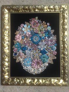 Vintage Rhinestone Framed Christmas Tree Jewelry Art Vase of Flowers x Jewelry Frames, Jewelry Boards, Jewelry Tree, Old Jewelry, Jewellery, Jewelry Christmas Tree, Vintage Jewelry Crafts, Seashell Crafts, Flower Vases