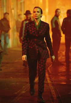 Looks Villanelle Killing Eve usando estampado com losangos. Villanelle's costumes for Killing Eve. Villanelle's printed suit. Fashion Tv, Fashion Outfits, Woman Outfits, Fasion, Jodie Comer, Club Outfits, Bar Outfits, Vegas Outfits, Costume Design
