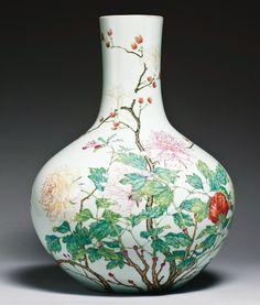 Vase Imperial forme « tianqiuping » (sphère céleste) en porcelaine décorée en émaux polychromes de la Famille Rose, Chine, époque Yongzheng (1723-1735). Portant au revers de la base la marque de Yongzheng en kaishu à six caractères en bleu sous couverte.
