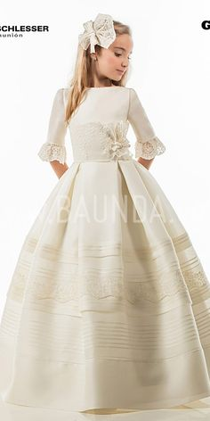 Vestido de comunión Angel Schlesser 2017 modelo G417. Espectacular de seda natural. Cuerpo liso con fajín de encaje. Manga francesa y falda de tablas Girls First Communion Dresses, Holy Communion Dresses, Baptism Dress, Wedding Dresses For Girls, Dresses Kids Girl, Kids Outfits, Flower Girl Dresses, Girls White Dress, Wedding With Kids