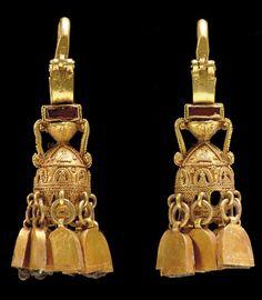 A PAIR OF PARTHIAN GOLD EARRINGS   CIRCA 2ND-3RD CENTURY A.D.