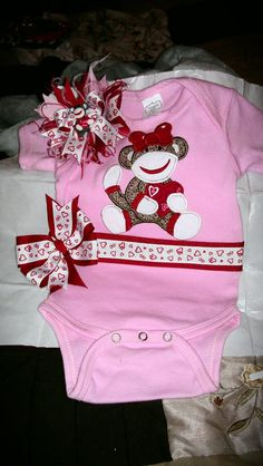 Hair bow and onesie set #children... I pinned this for you #sockmonkeylover