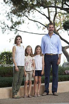 Королева Летиция и король Фелипе с дочерьми принцессой Леонор и принцессой Софией