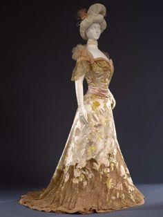 Worth ball gown ca. 1902 From the Galleria del Costume di Palazzo Pitti via Europeana Fashion - Fripperies and Fobs Edwardian Clothing, Historical Clothing, Historical Costume, Vintage Clothing, 1900s Fashion, Edwardian Fashion, Vintage Fashion, Edwardian Era, Vintage Gowns