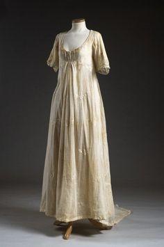 Cotton muslin wedding dress, 1806. Charleston Museum.